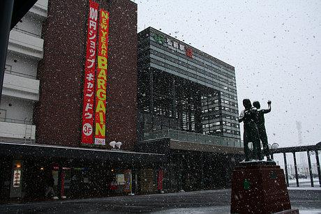 雪の弘前駅