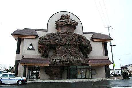 ド迫力の木造駅駅舎
