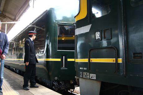 敦賀駅での機関車付け替え作業